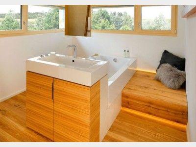 Badezimmer in Holzoptik im Designhaus Alpenchic von Baufritz