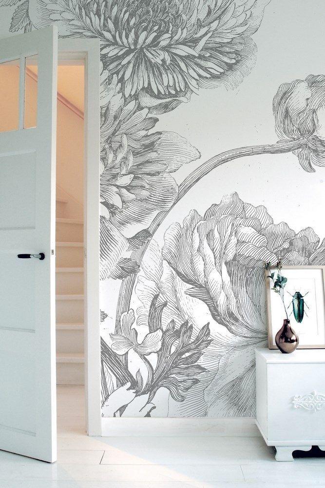 KEK Amsterdam Engraved Flowers IV - 6-baans. met dit engraved flowers iv behang van kek amsterdam haal je een levensgroot stilleven in huis. door gebruik te maken van dit vliesbehang geef je je interieur in een mum van tijd een compleet andere uitstraling. het behang is bedrukt met een print van zwarte bloemen op een witte achtergrond. fleur de muren van je woonkamer of slaapkamer op met dit behang en geniet van een kunstwerk op je muur. #behang #muurkunst #bloemenbehang #interieur #wonen