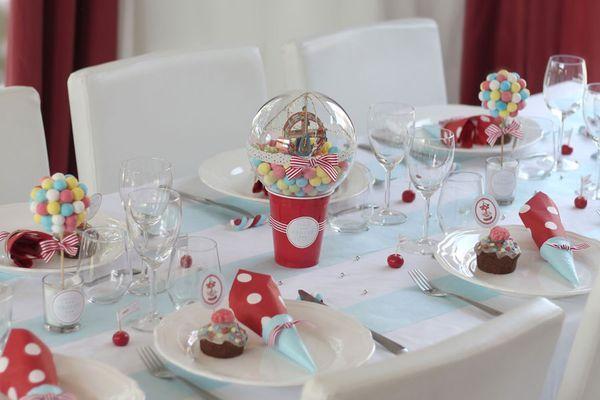 Une décoration de table de baptême sur le thème de la fête foraine