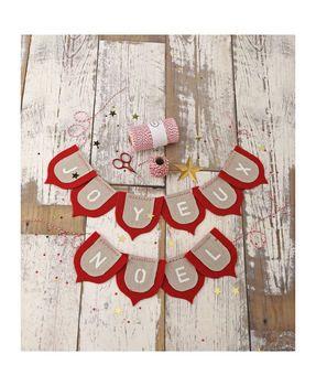 Feutrine et lin, découpez, et ensuite au pochoir inscrivez les lettres, reliez les fagnions sur une jolie ficelle bi-color.
