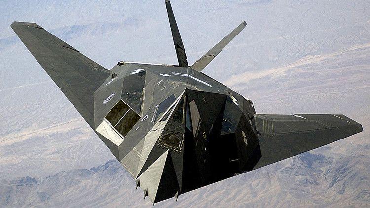 <p>26/02/2016/Staff Sgt. Aaron Allmon II/RT Se espera que el B-21 sea aún menos visible al radar enemigo que el B-2, que también fue creado usando la tecnología de baja observabilidad 'stealth'. La secretaria de la Fuerza Aérea de EE.UU.,Deborah Lee…</p>