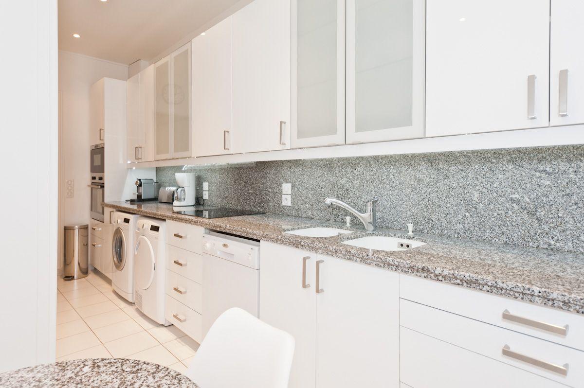 d coration d 39 une cuisine dans un appartement haussamnnien meubles de cuisine blanc plan de. Black Bedroom Furniture Sets. Home Design Ideas