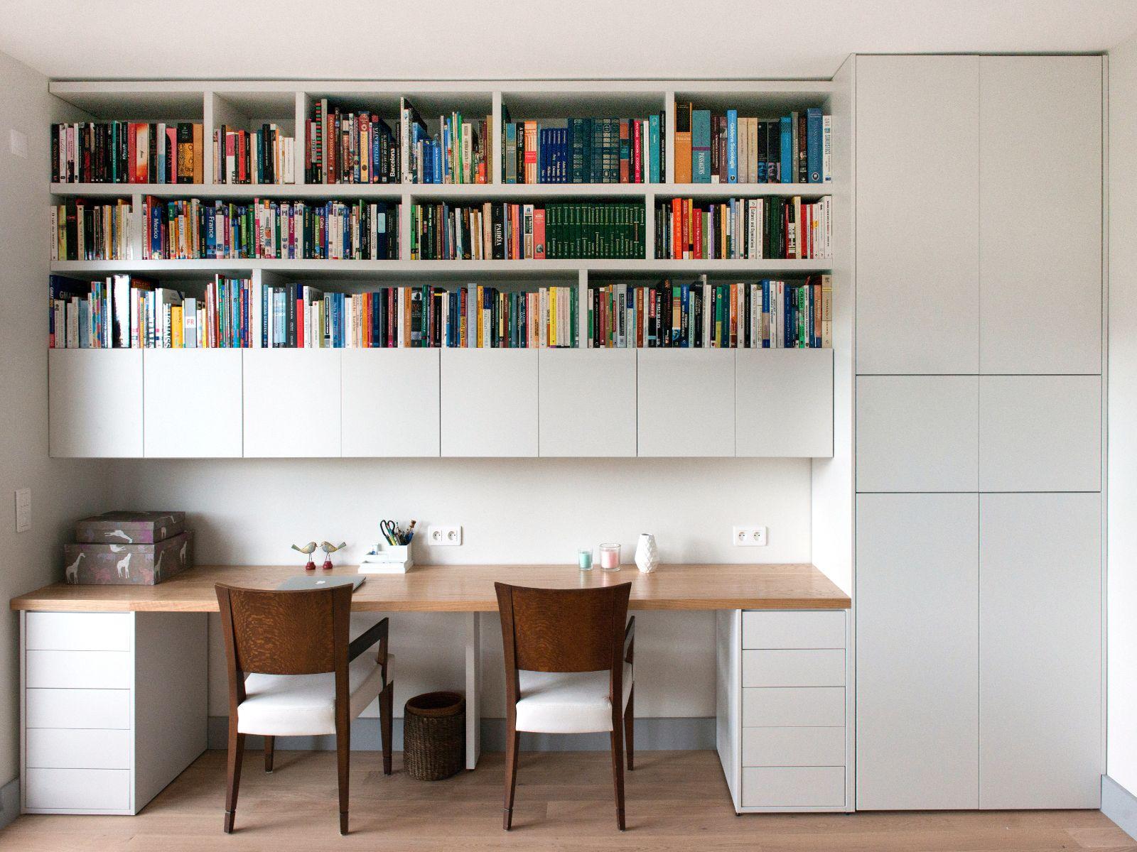 bureau et bibliotheque integres menuiserie sur mesure chene blanchi et blanc craie conception agence murs et merveilles i custom made worskpace and
