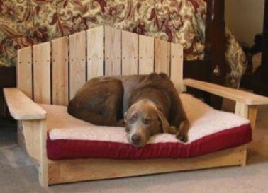 un lit pour chien en palette avec un dossier travaille plus