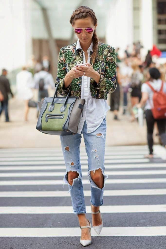 Jeans destoyed+camisa de botão + blazer croped estampado.