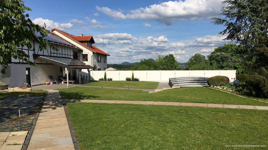 Sichtschutzwand an einem Schwimmbad und einer Terrasse gartenmauer