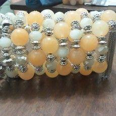 Bracelete em cristais, resinas e materiais diversos.