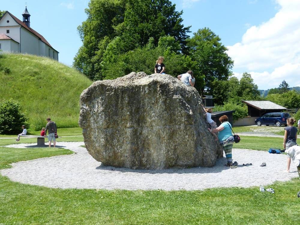 Geschicklichkeit und Balance am Nagelfluh-Boulderfels trainieren