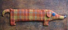Mikrossa lämmitettävä kauratyyny auttaa moneen vaivaan. Itse tehtynä se on hauska lahja ystävälle. Pitkulainen tyyny muotoiltiin mäyräkoiraksi,joka kestää katseita myös sohvalla lötkötellessään....