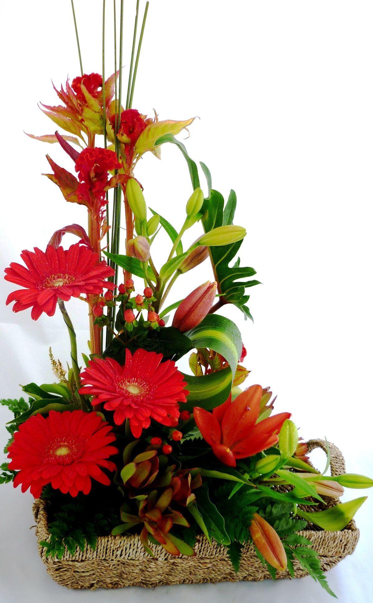 3 Gerberas Varas De Lilis Al Mismo Color Follaje Base En Cesta De Mimbre Arreglos Florales Sencillos Arreglos Florales Arreglos Florales Faciles