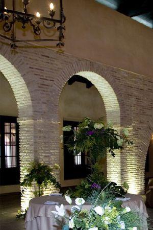 Arco con ladrillos r sticos acabados courtyard house for Fachadas de ladrillo rustico