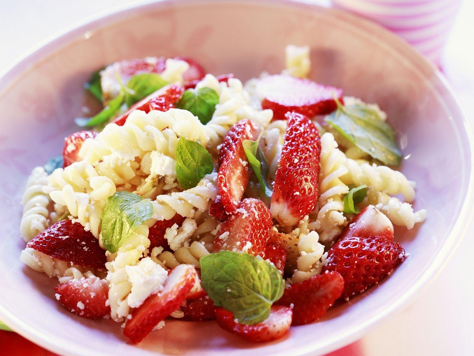 Den muss man probiert haben: Pastasalat mit Erdbeeren | http://eatsmarter.de/rezepte/pastasalat-mit-erdbeeren