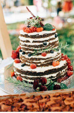 Свадебный торт с ягодами, украшенный цветами