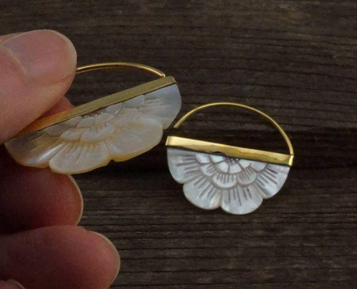 Kleine handgeschnitzte Ohrringe aus Perlmutt mit Messinglünette – Bilder Clubs