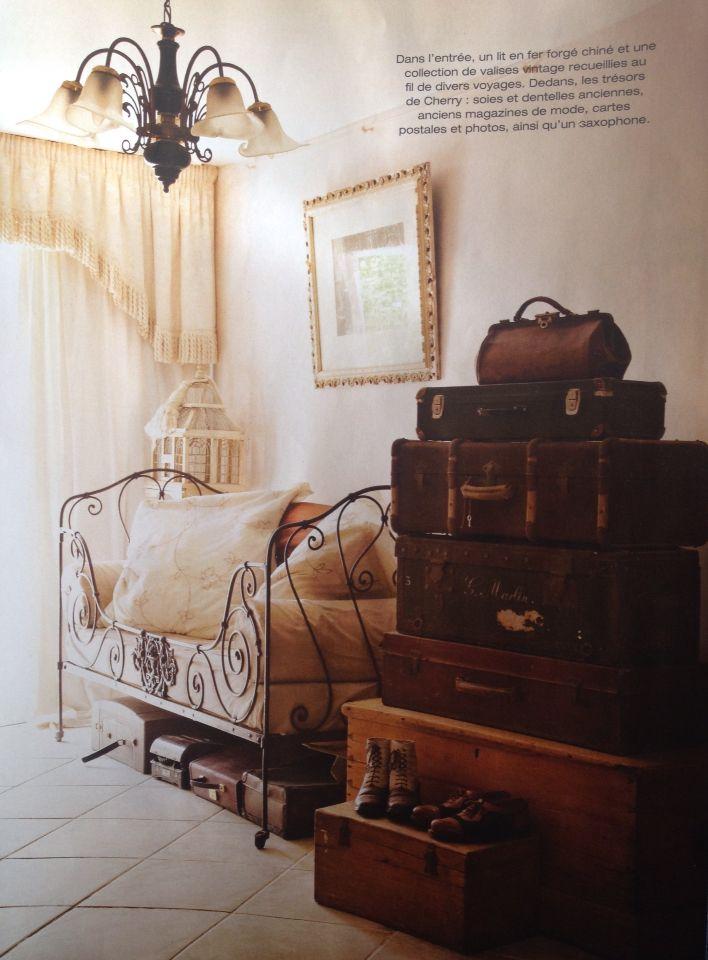 ancien lit de b b en fer forg transform en banquette dans un style cocooning et vintage. Black Bedroom Furniture Sets. Home Design Ideas