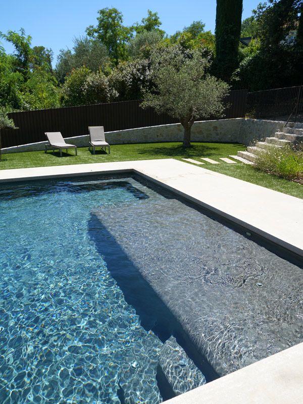 Une piscine à débordement sous le soleil méditerranéen