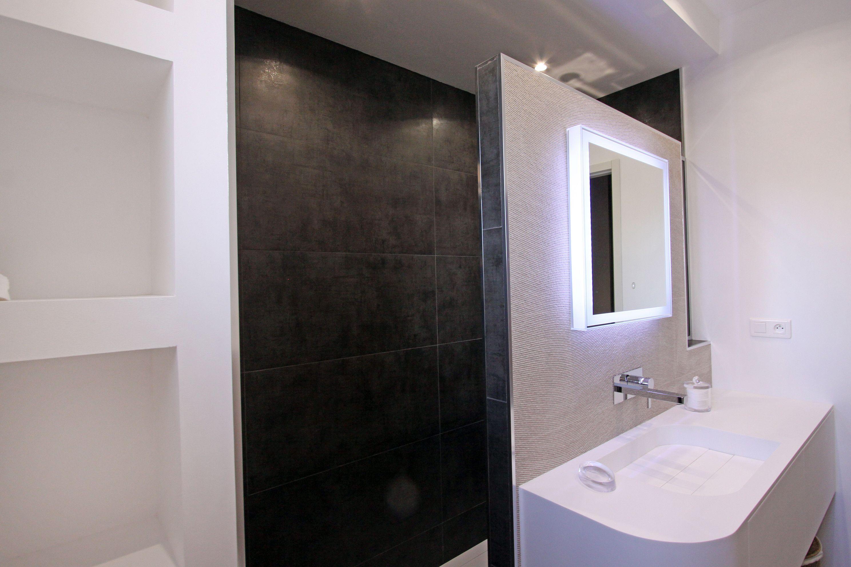 carrelage porcelanosa meuble vasque krion meuble sur mesure miroir r tro clair niche. Black Bedroom Furniture Sets. Home Design Ideas