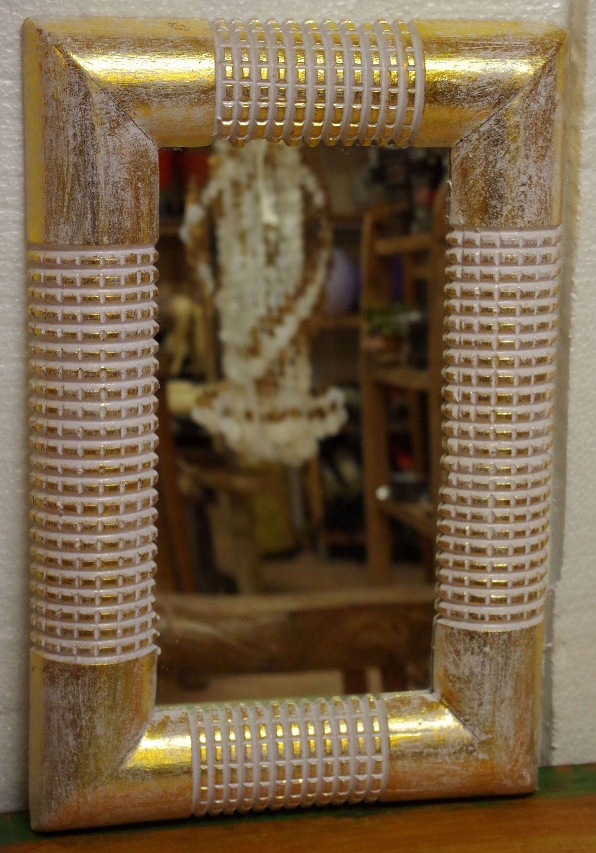 Specchio in legno tipo bambo, color oro e bianco  misure cm 44x67x3  prodotto artigianale se presenta difetto è il valore aggiunto all'oggetto.