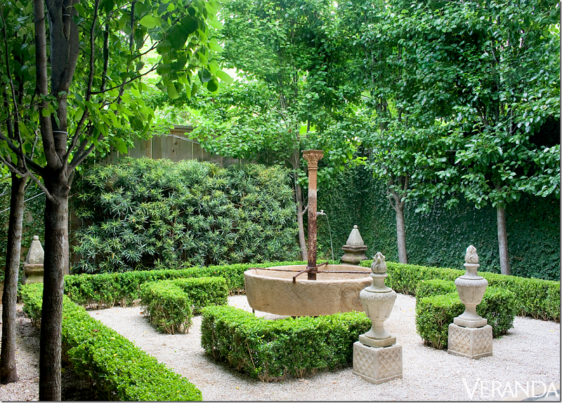 Formal courtyard podocarpus boxwood pleached pear trees for Italian courtyard garden design ideas