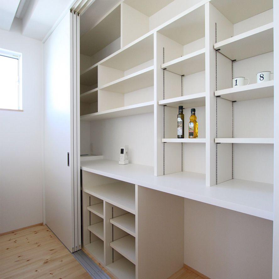 2018 年の「3枚引戸の食器棚。 写真2枚目はその中身 パントリー並に収納
