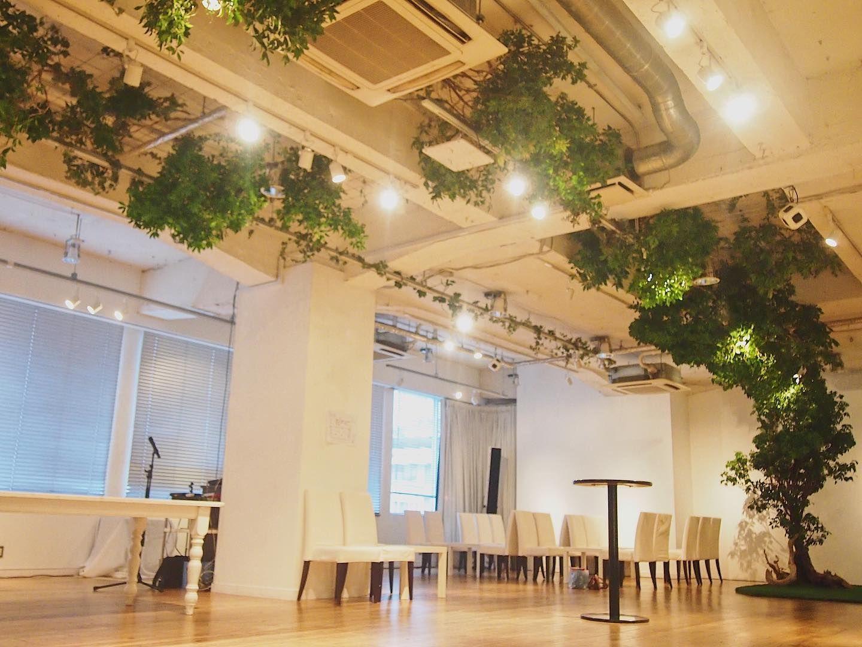 会場内に大きな木を組み立ててそこから天井へモクモクっと広がる木が