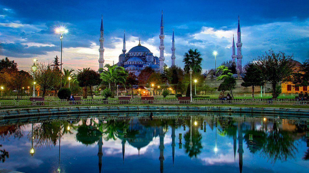 تعرف على أهم ثلاثة مساجد تاريخية في إسطنبول تشتهر مدينة إسطنبول بجمال طبيعتها الأخاذ وإرثها التاريخي العظيم كانت إسطنبول ش Visit Istanbul Istanbul Landmarks