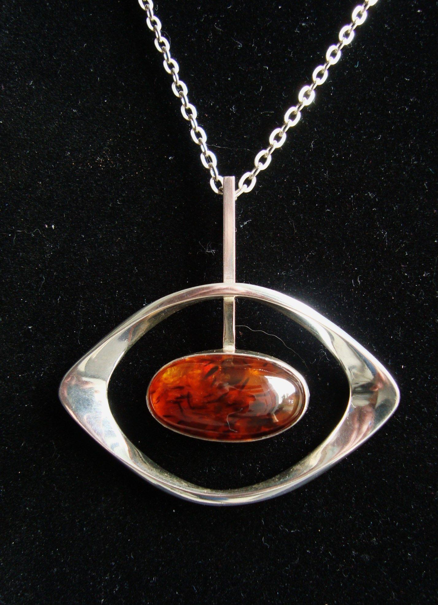 Hanger van sterling zilver met een Barnsteen uit het atelier van N.E Form Denemarken  Sterling silver pendant with a Amber Cabochon ...made by N.E.From Denmark