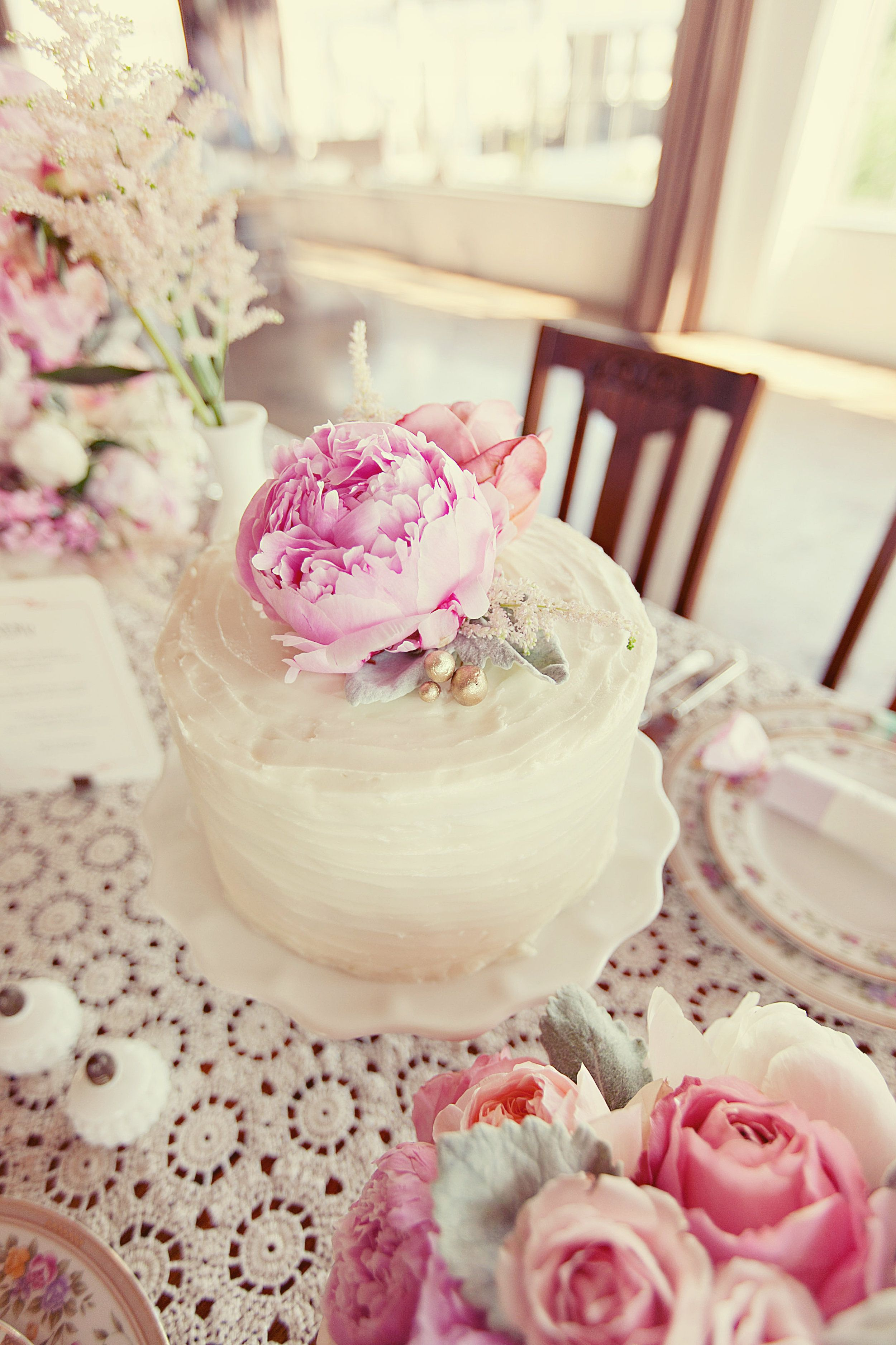 The Great Gatsby sweetheart table display with individual cake. Love ...
