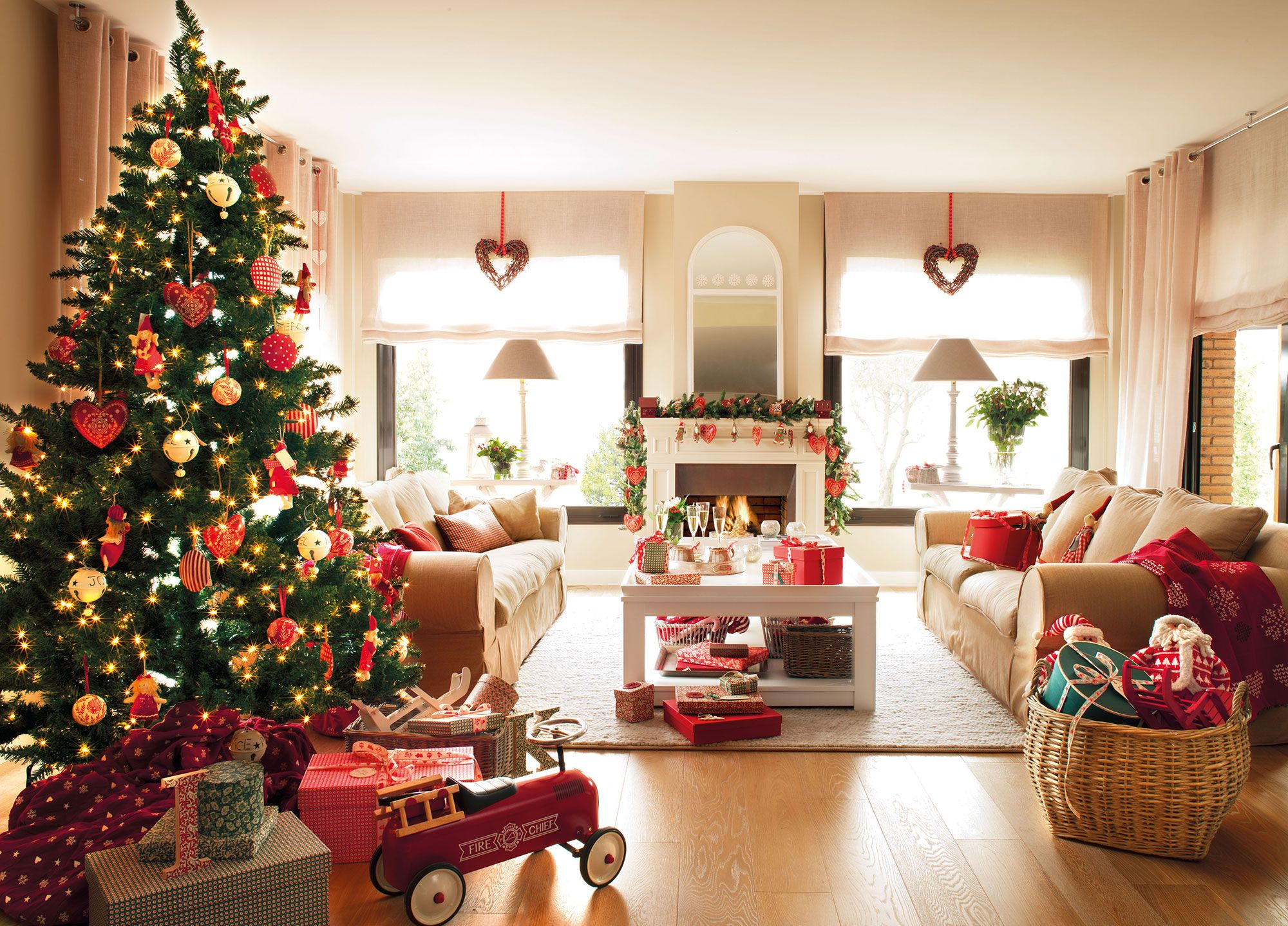 Salón decorado de Navidad en rojo | El arbol de navidad, El arbol y ...