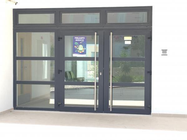 Installation du0027une porte du0027entrée vitrée avec deux portes Porte d