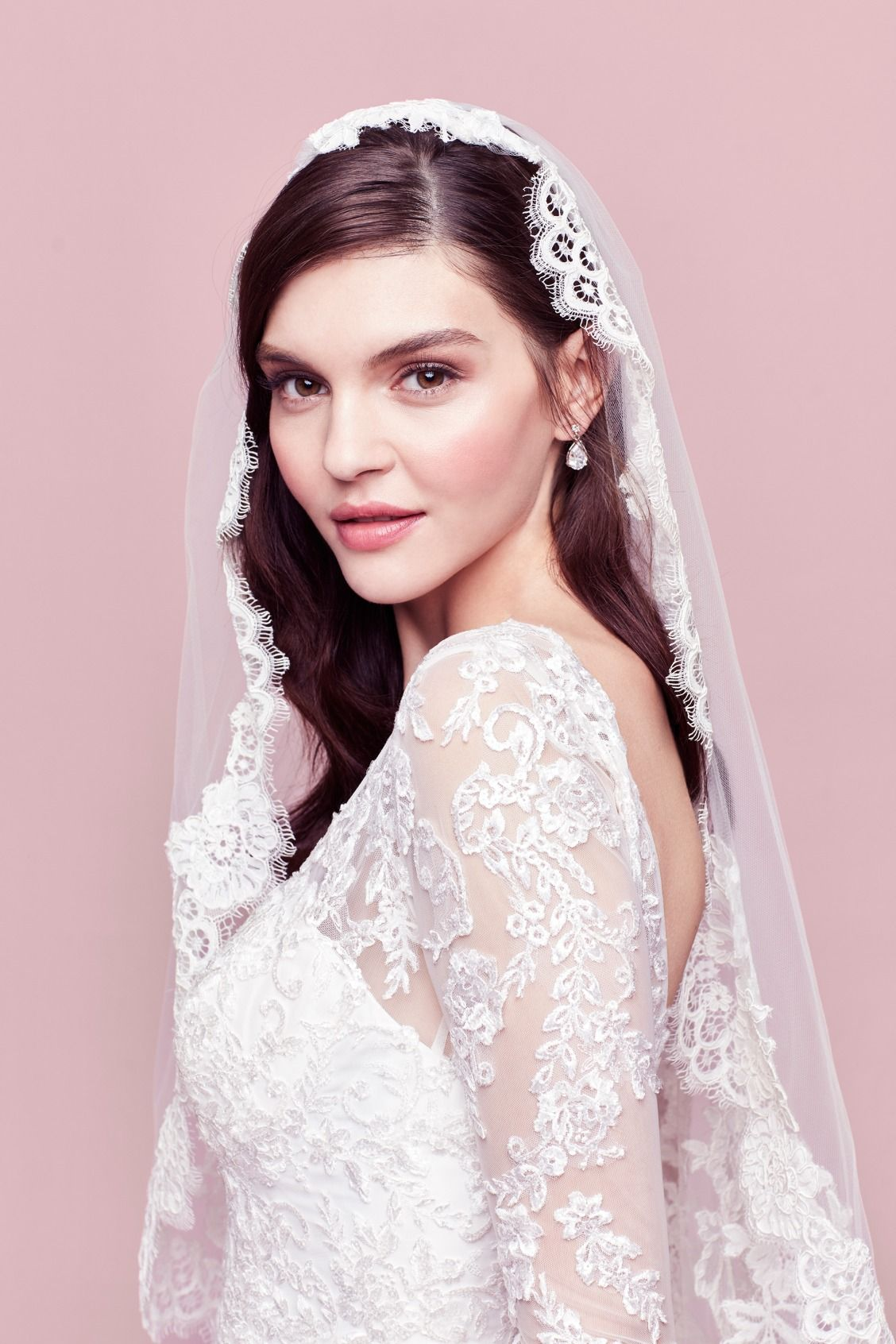 The Circular Spanish Style Mantilla Veil Features A Thicker Lace Trim Along Its Edge Softly Drape The Veil Over Your Head A Hid Wedding Wedding Veils Bridal