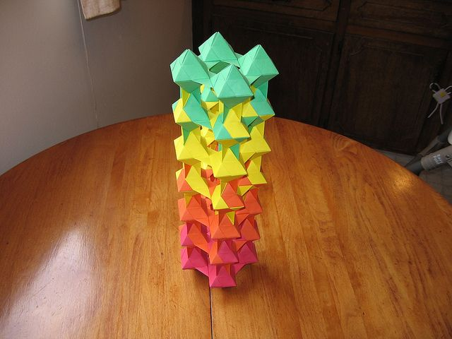 Tomoko Fuse Unit Origami Dual Triangles 4-unit Red to Green