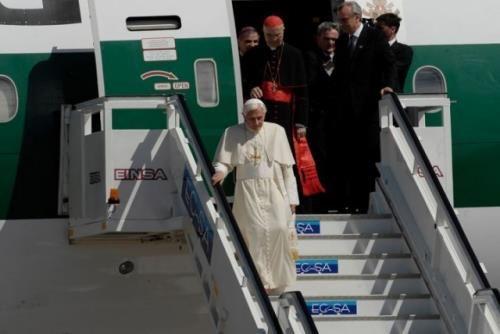 Del 26 al 28 de marzo, visita del Papa Benedicto XVI a La Habana  En el aeropuerto internacional José Martí el Sumo Pontífice fue recibido por Lázara Mercedes López Acea, miembro del Buró Político del Partido, y el Cardenal Jaime Ortega, entre otras autoridades partidistas y eclesiásticas.  http://goo.gl/gyjZx