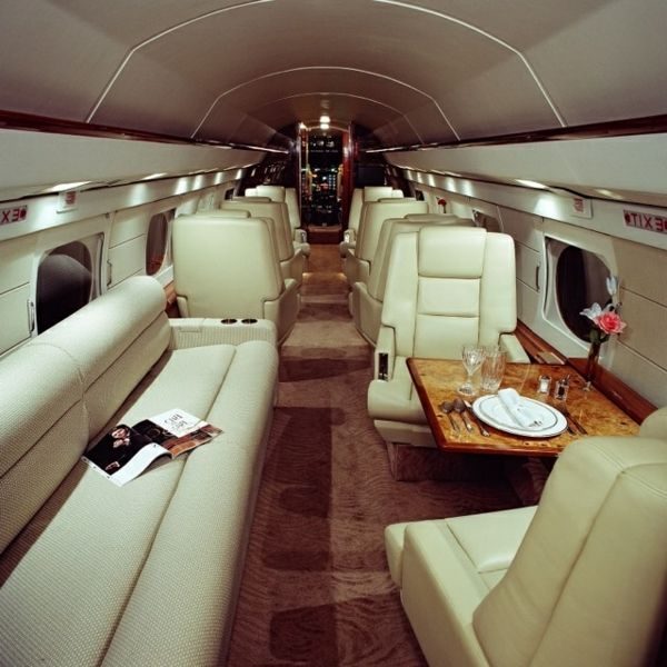 Le jet priv de luxe en 50 photos l 39 int rieur dans un avion pinterest canap s en cuir for Interieur de luxe