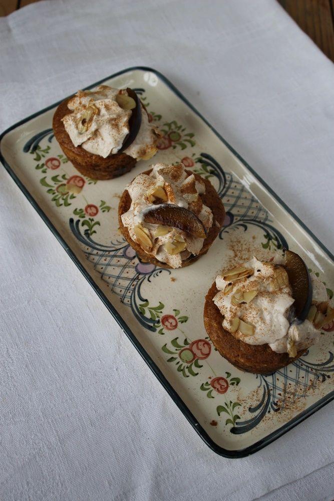 Zwetschgen-Muffins mit Zimtsahne und Ahorn-Mandel-Crunch