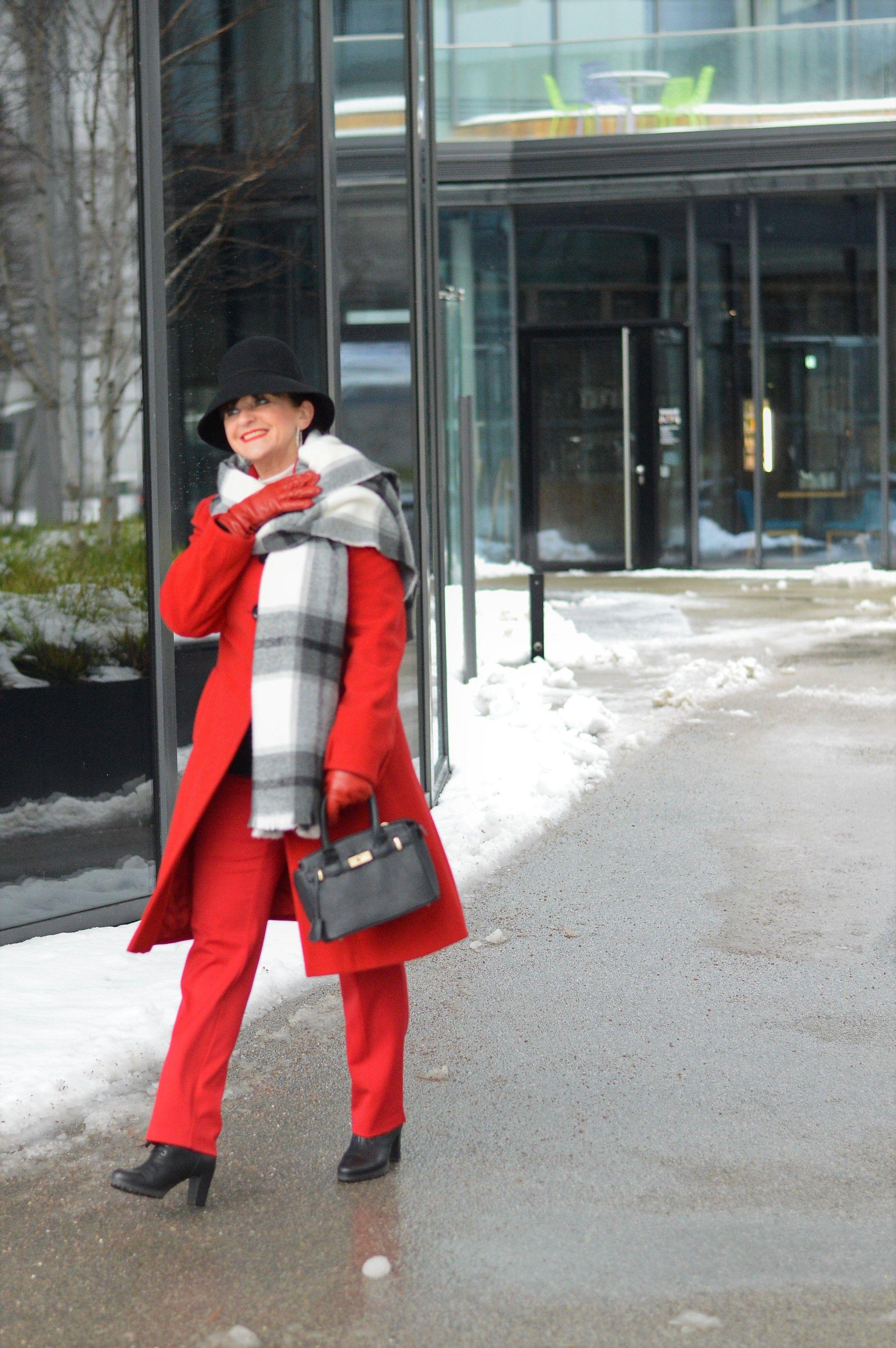 ROTER MANTEL ein Hingucker in der Wintersaison Martina
