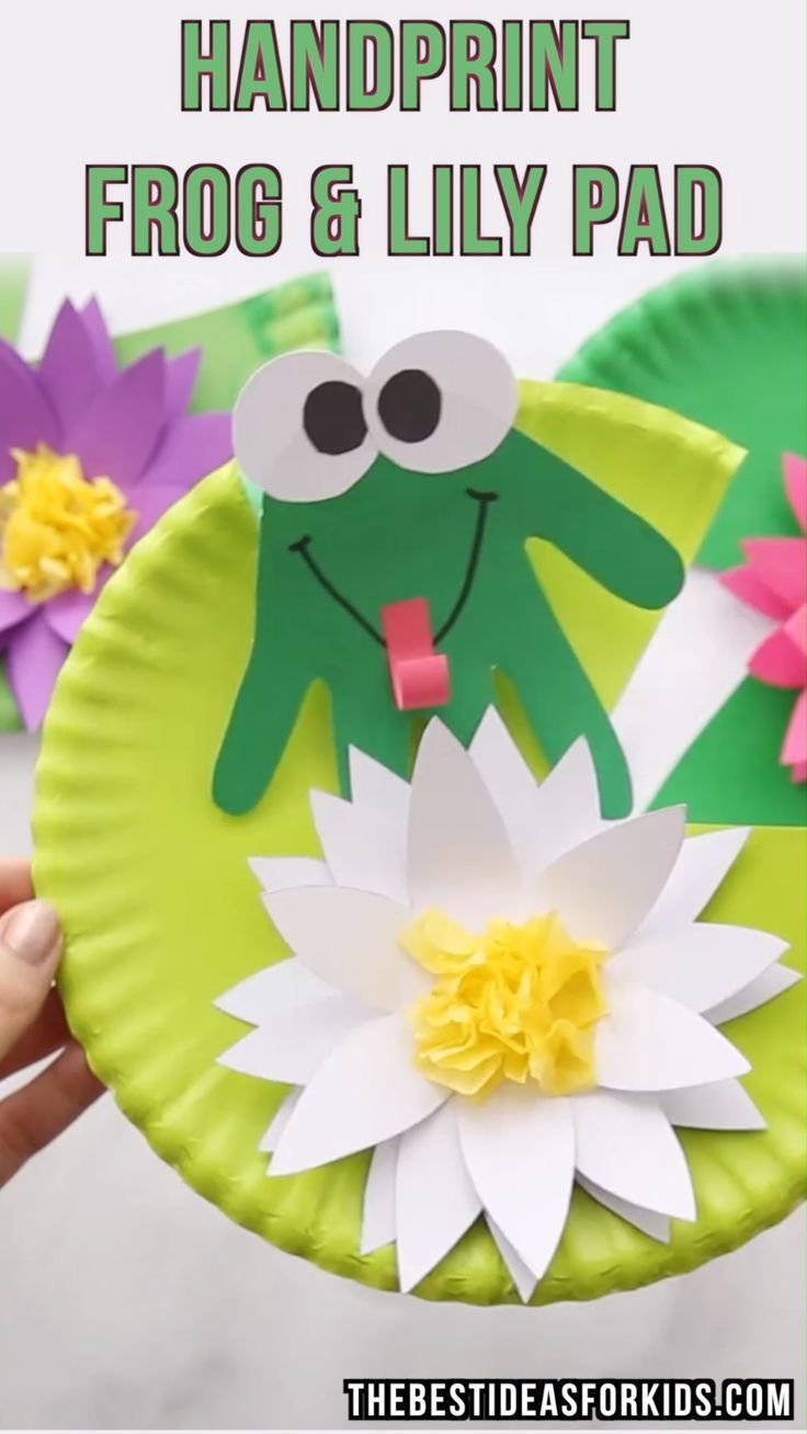 HANDPRINT FROG - this easy kids craft is so cute! Kids will love making their own frog craft on top of a paper plate lily pad. Perfect to make with toddlers or preschoolers! #toddlers #preschoolers #kidscraft #kidsactivities #papercrafts