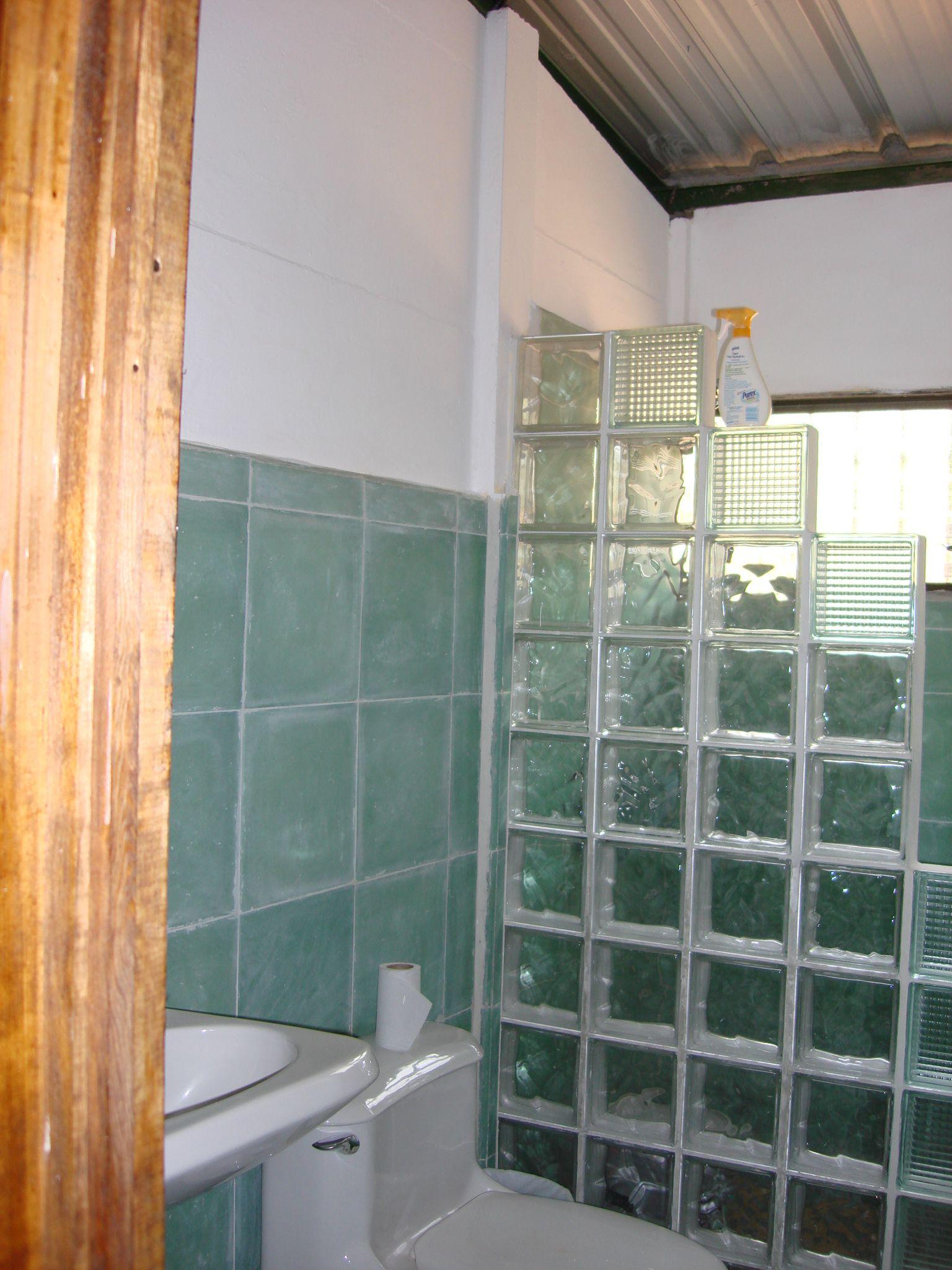 Bloques de vidrio en ducha ba os en casas prefabricadas de concreto pinterest bloques - Bloques de vidrio para bano ...