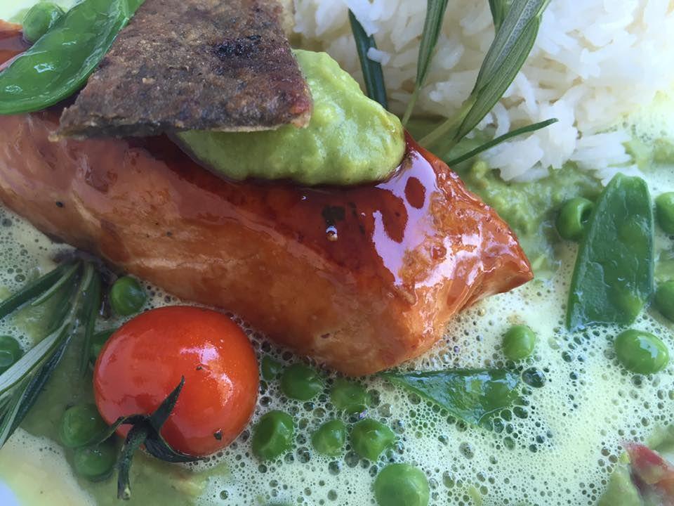 Lachs mit Teriyakisauce mariniert auf Curryschaum, Erbsen-Guacamole und Basmatireis - Jetzt auf der neuen Menukarte im Hotel Bad Schachen
