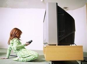 看电视的小男孩_百度图片搜索
