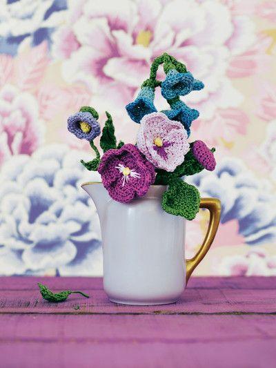 Ein liebenswertes Bouquet aus blauen Glockenblumen, lila Ackerwinde ...