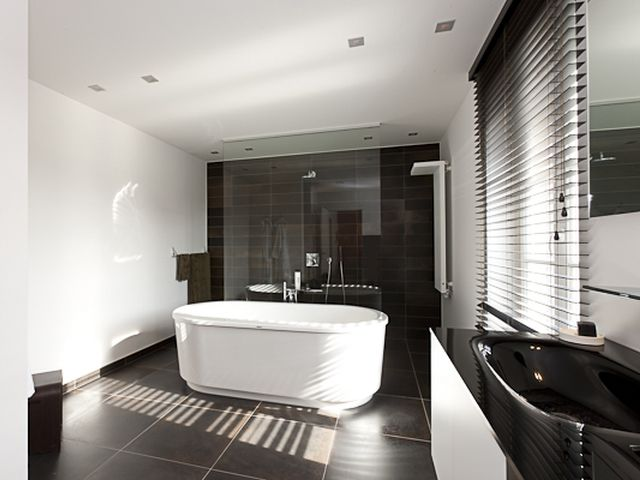 Salle de bains moderne u2022 blanc et noir u2022 sol carrelé u2022 bain u2022 lavabo