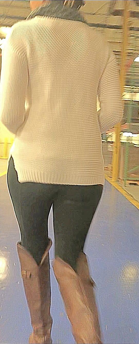 Candid voyeur milf in gray leggings