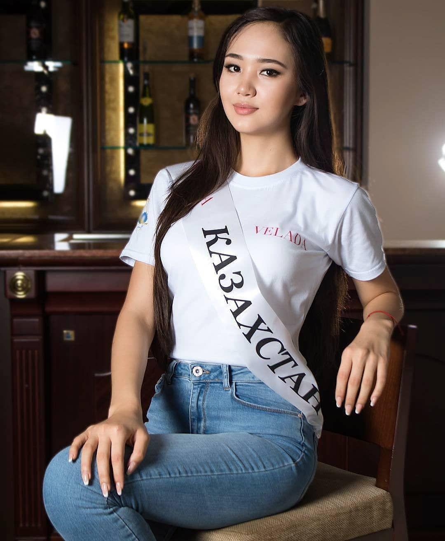 Казахские студентки в одежде