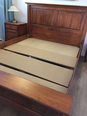 Base de lit en bois massif grandeur queen et table de chevet lits