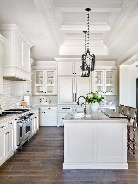 Cocina con paredes de azulejos blancos y suelos de madera mis