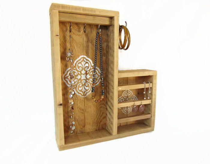pr sentoir bijoux en bois de palette de style r tro. Black Bedroom Furniture Sets. Home Design Ideas