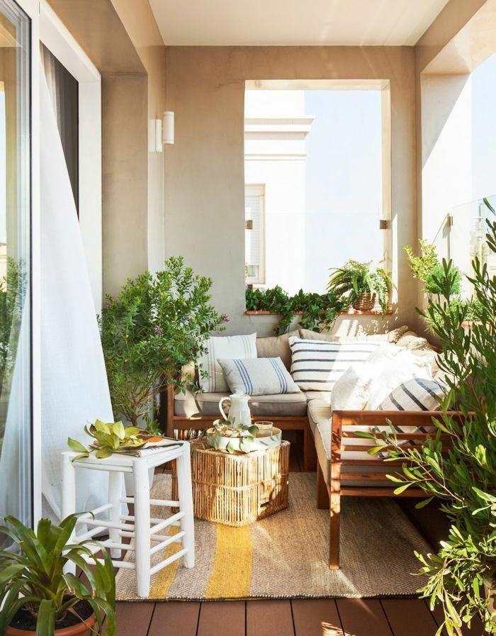 Terraza Decorada En Estilo Bohemio Con Muebles De Madera Y