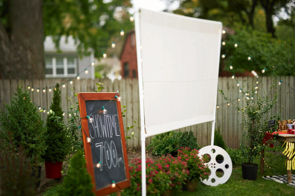 Photo of Win Summer with This Easy DIY Outdoor Movie Screen