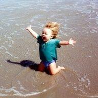 """1. ¿Cómo se siente este niño?     2. ¿Cómo sabes cual emoción es?    3. ¿Cuándo te sentiste así?      4. ¿Qué debemos hacer para sentir más alegría en la vida? (""""Debemos..."""" 2 oraciones)    writing/speaking prompt"""